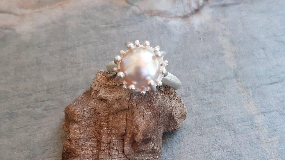 """From the """"sea anemone"""" collection, Silver ring with a mauve coloured Pearl"""