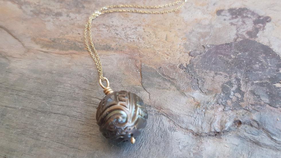 Beautiful Tahitian tattoo pearl pendant & chain in yellow Gold