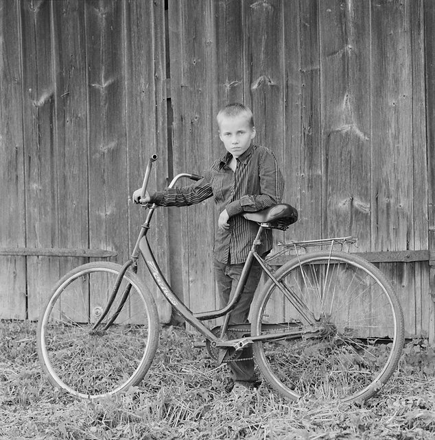 35_fin_scan_22_dreng_med_cykel_kaikasi_s