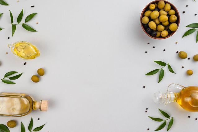 olive foglie e olio in bottiglia