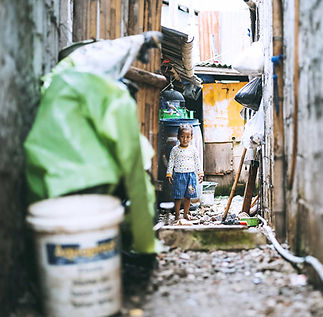 2000px-Small-child-in-an-back-alley-web-