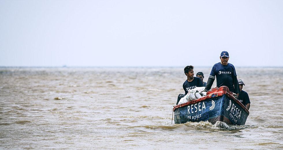 2500px-Group-of-fishermen-sailing-02.jpg
