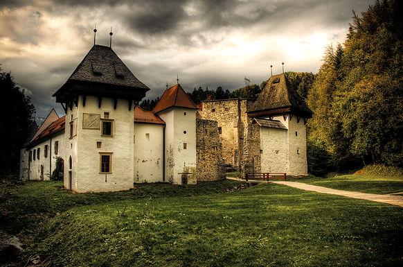 DARK PLACES IN DER SLOWENISCHEN STEIERMARK Von kopflosen Grafen bis zu verlassenen Mönchszellen