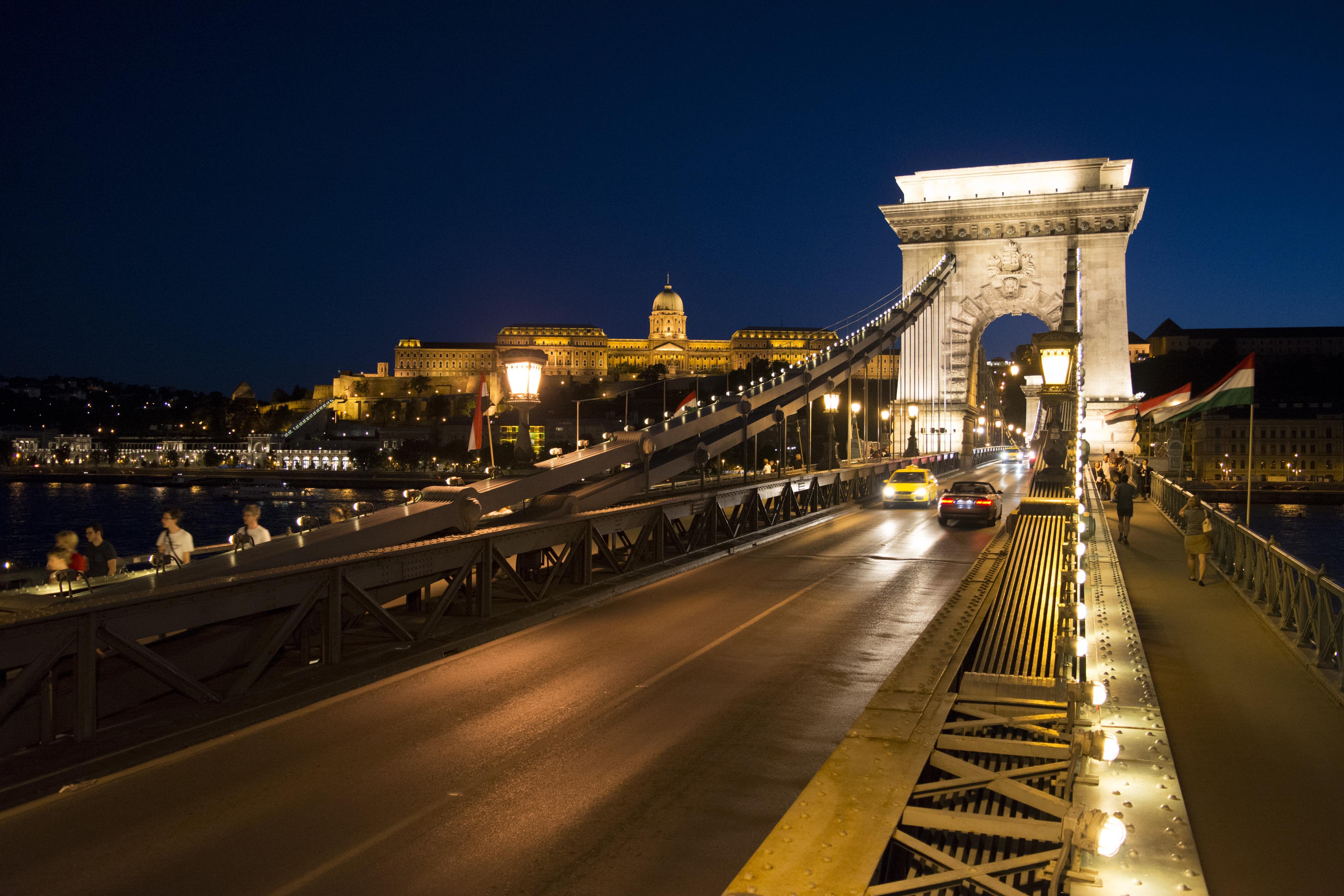 Budapest_Chain_bridge_and_Buda_Castle_at