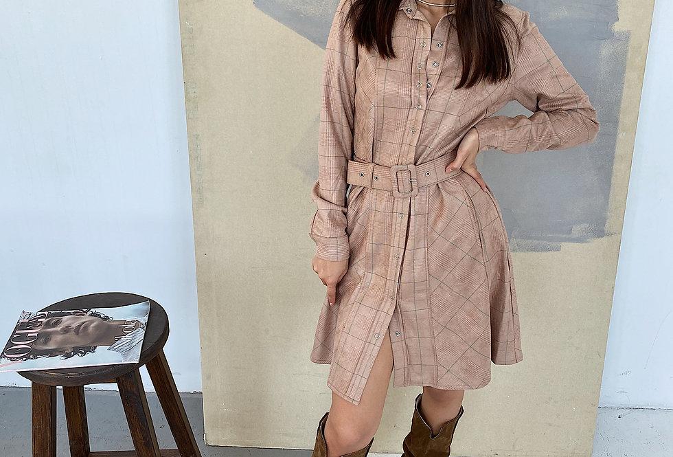 Замшевое платье в клетку с поясом бежевое