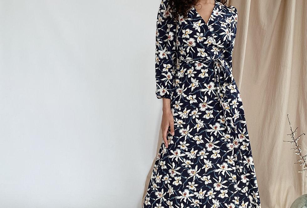 Платье на запах в цветочный принт синее