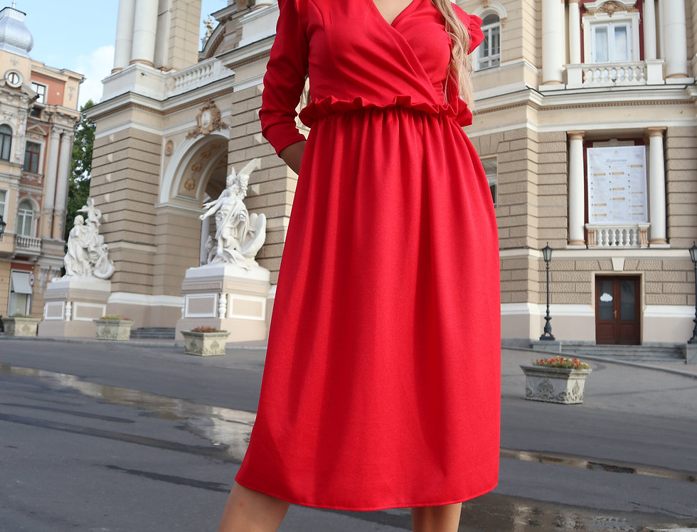 Платье с оборкой и крылышками красное