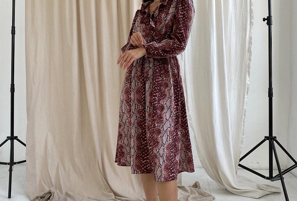 Платье в змеиный принт бордо