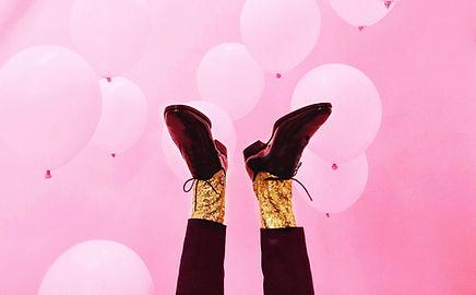 chaussures noires brillantes pour homme et chaussettes pailletées