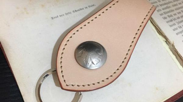 国産牛ヌメ革とオールドコインを使用したレザーキーホルダー