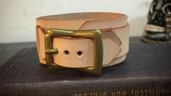 国産牛ヌメ革と真鍮バックルを組み合わせたレザーブレスレット