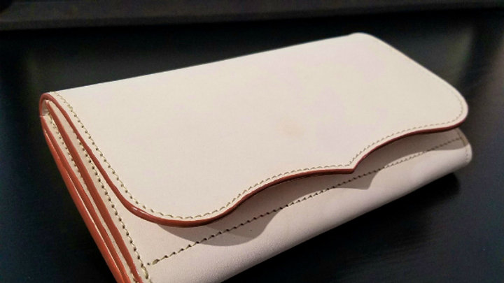 国産牛ヌメ革を使用した革製長財布