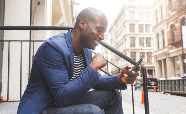 Hombre Mirando su Teléfono Móvil