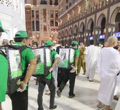 مضيو برنامج السقا في ساحات المسجد الحرام
