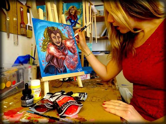 L'artiste peintre Priscilla Vettese retouche sa flamboyante Scarlet Witch