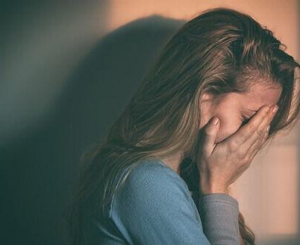 Mujer-con-depresión-cubriéndose-la-cara-
