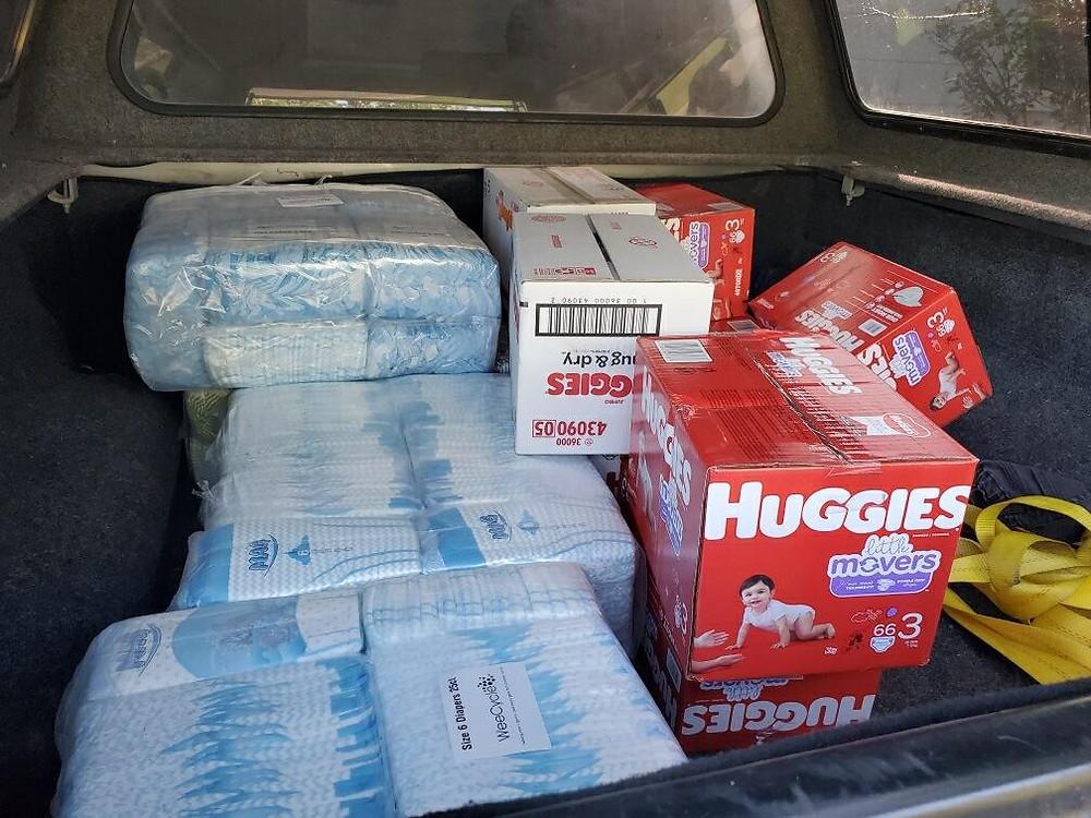 Pañales en el maletero del auto de Perla Manquero antes de hacer la entrega.