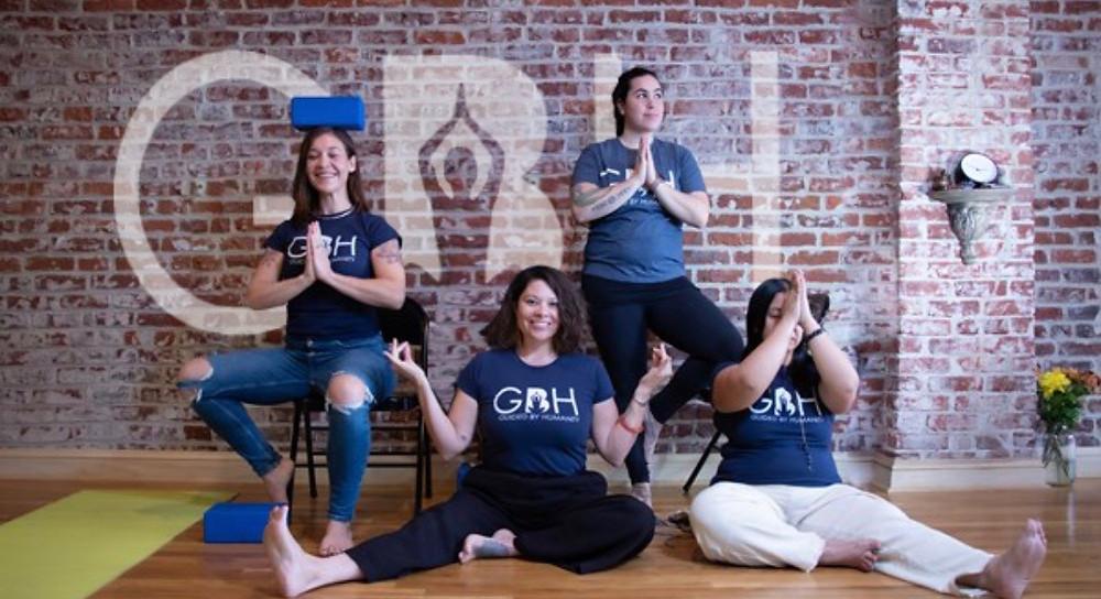 Personal de Guided by Humanity en el estudio de yoga. De izquierda a derecha: la directora del programa Rachel Kaplan, la fundadora e instructora principal Mary Medellin Sims, la profesora de yoga registrada Claire Gonzales y la instructora de yoga Kristine Minteer.