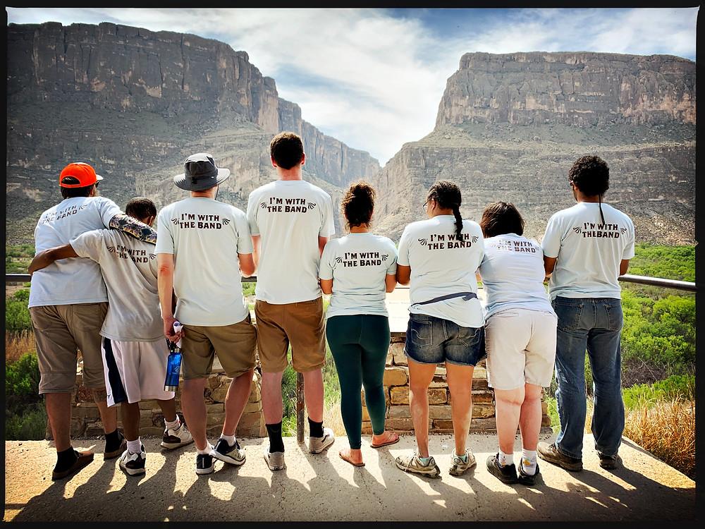Un grupo de viajeros de The Wayfaring Band observa el paisaje del Parque Nacional de Big Bend.