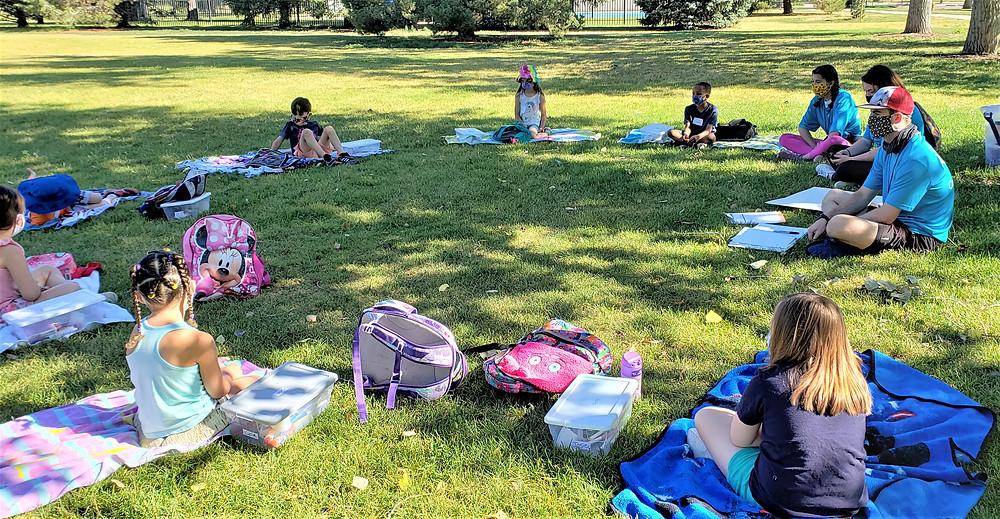 Niños sentados en la hierba