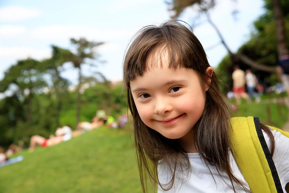 Niña con síndrome de Down sonriendo