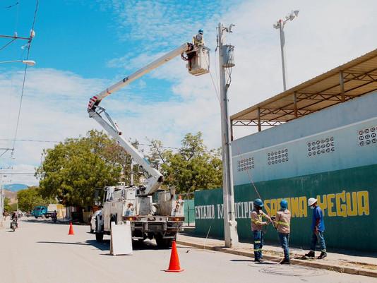 Edesur ilumina calles, complejos deportivos y  electrifica plantaciones agrícolas en Azua