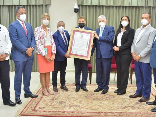 El Torito y demás senadores entregan reconocimiento a Domingo Bautista