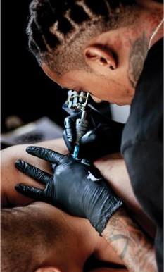 Los riesgos que se corren por tatuarse o perforarse la piel