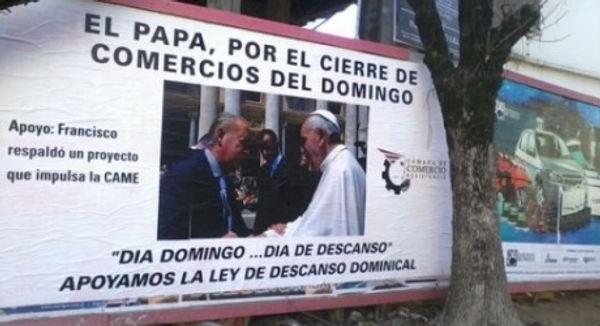 Cartel del papa Francisco por el cierre