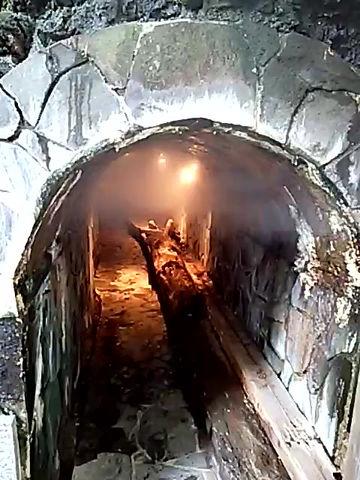 洞窟の中の…