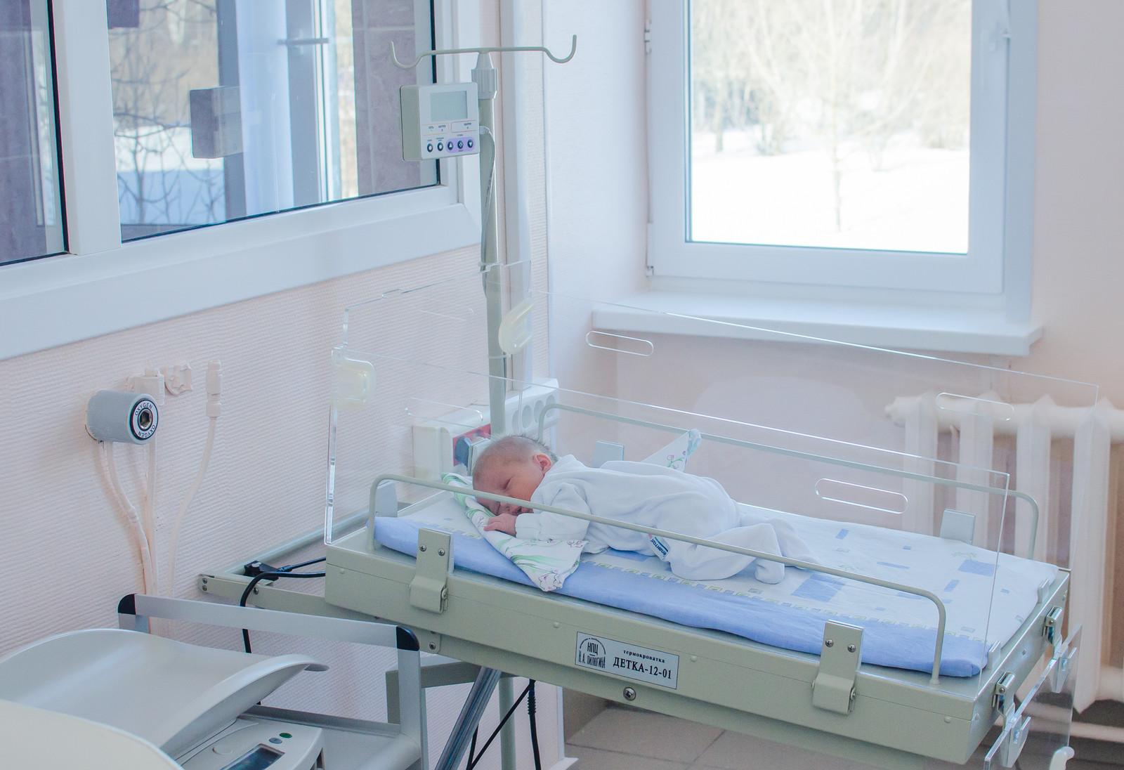 Будущие пациенты заблаговременно могут осмотреть родильные залы, палаты и познакомиться с персоналом роддома 4.