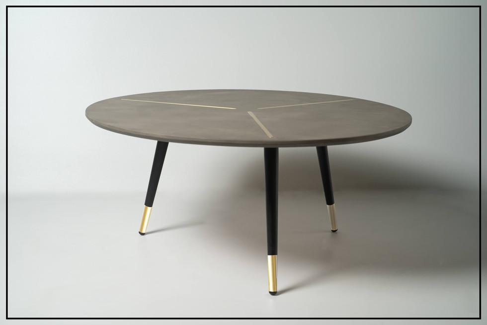 שולחן עגול רגליים עם זהב.jpg