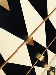 שידה שחור זהב ידיות פליז בעבודת יד