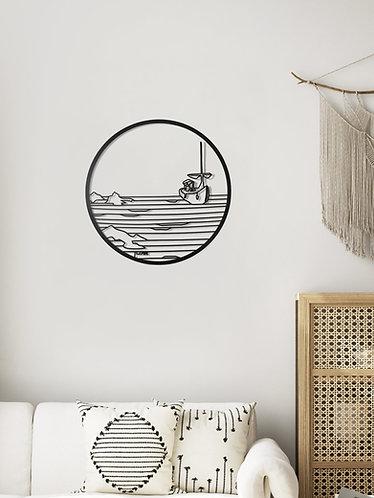 תמונת מתכת של סירה בלב ים מעל ספה