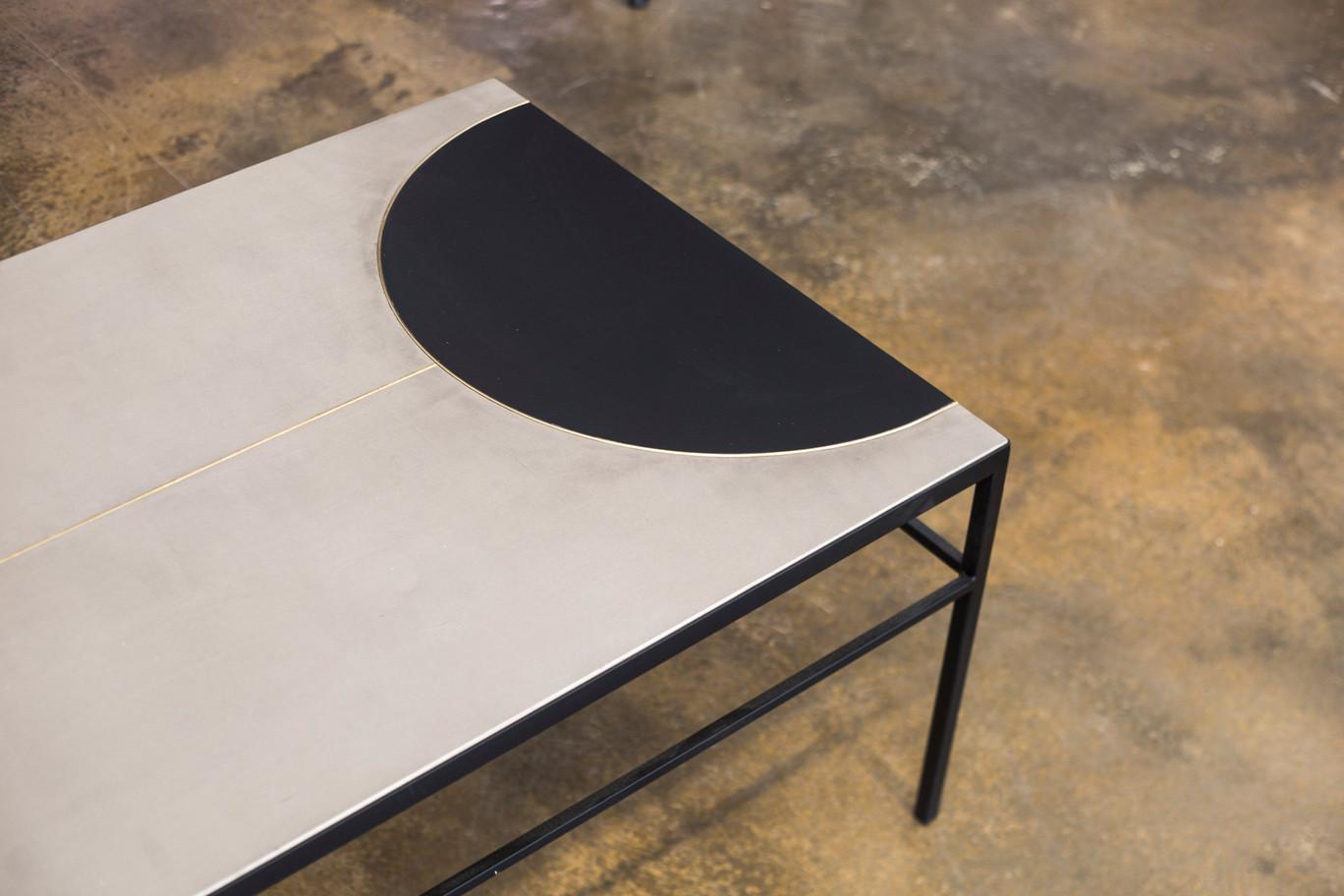 שולחן סלון מלבני בטון עם חצי עיגול שחור