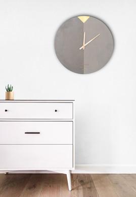 שעון בטון אפור עם שילוב פליז
