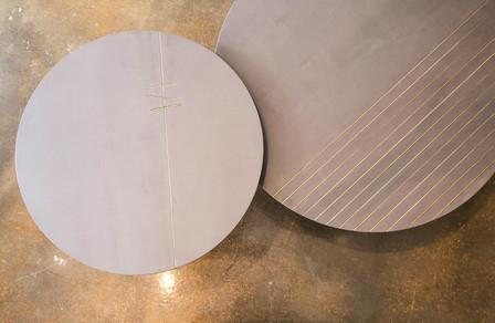 שולחן בטון עגול עם פסי פליז