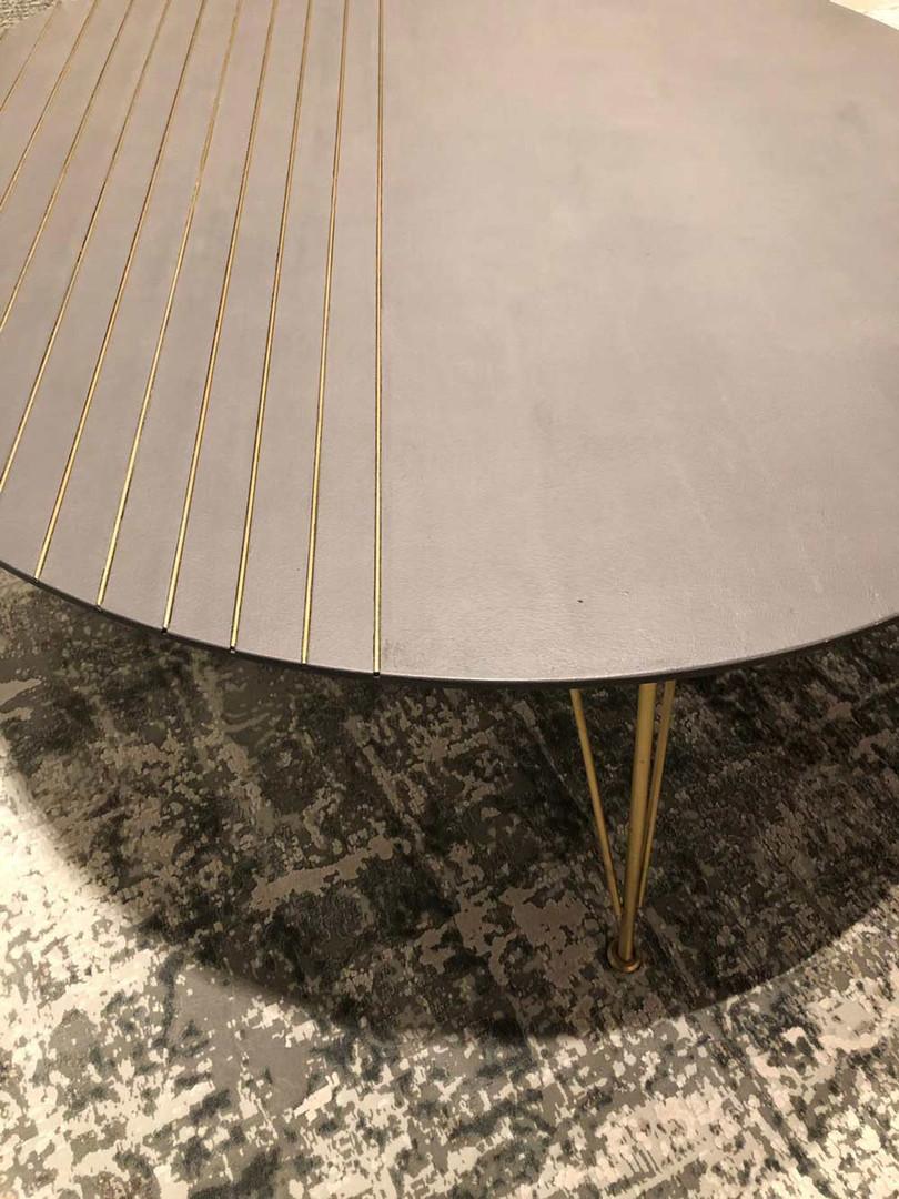 שולחן סלון עגול בשילוב פליז