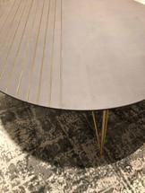 שולחן סלון עגול בטון פסים