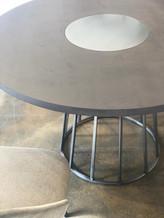 שולחן בציפוי בטון ושילוב נירוסטה