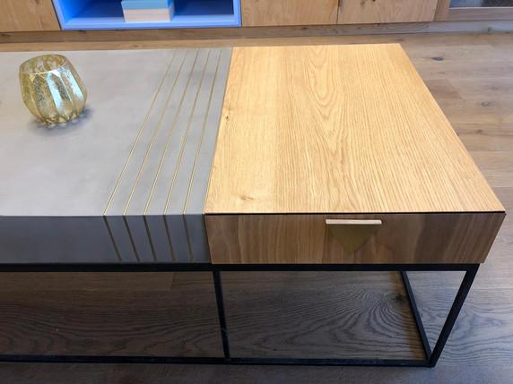 שולחן סלון עם מגירות בשילוב בטון ועץ