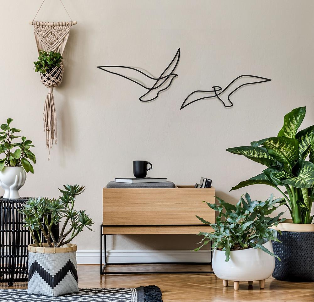 ציפורי אבסטרקט ממתכת על קיר סלון