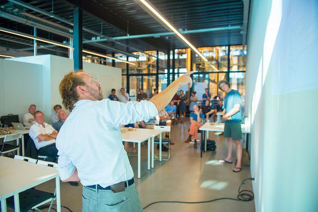 Robert Oostwegel vertelt over de veranderingen op het Stadswerken terrein. Fotograaf: Aad van Vliet