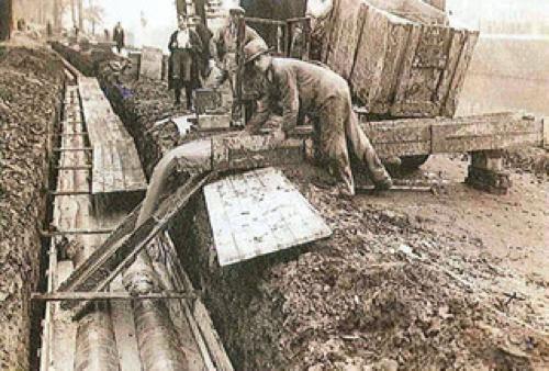 de aanleg van de warmteleiding tussen Nicolaas Beetstraat en het ziekenhuis in 1923