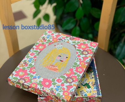 刺繍とエンボス 仕切り付きの箱