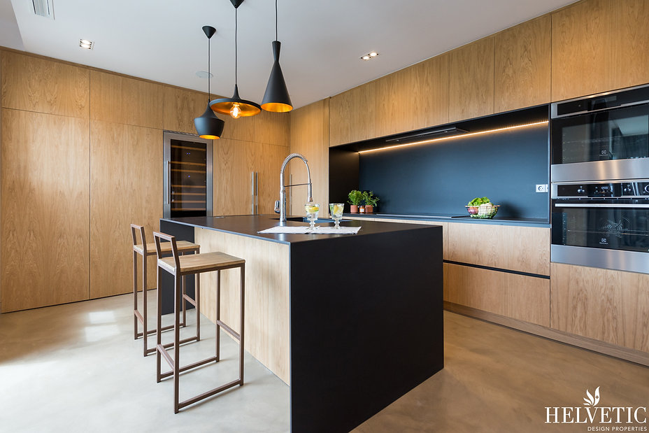 Cocina de diseño con madera y negro