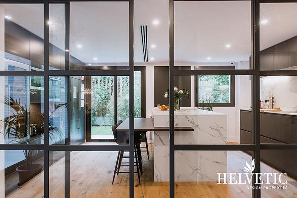 Cocina de diseño con puerta corredera transparente