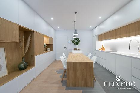 Cocina de diseño con mesa de madera