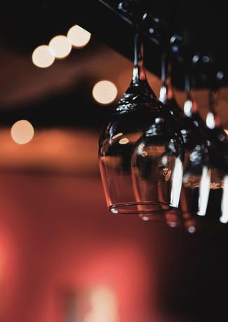 Bicchieri di vino che pendono dal rack