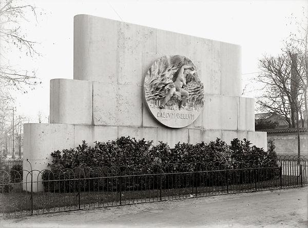 Monument_aux_morts,_Monplaisir._Vue_sur_